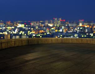 都会の灯りと石畳のバルコニーの写真素材 [FYI04601504]
