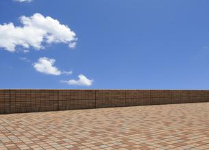 バルコニーと白い雲の写真素材 [FYI04601507]