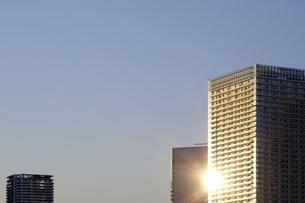 夕日に輝く高層タワーマンションの写真素材 [FYI04601510]