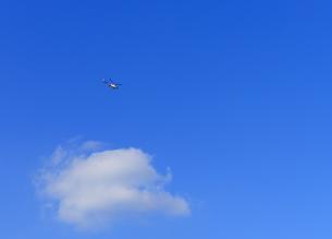 雲とヘリコプターの写真素材 [FYI04601512]