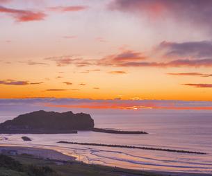 北海道 風景 室蘭市 水平線からの日の出の写真素材 [FYI04601539]