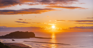 北海道 風景 室蘭市 水平線からの日の出の写真素材 [FYI04601548]
