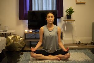 家で瞑想をしている女性の写真素材 [FYI04601658]