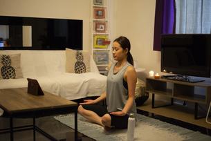 家で瞑想をしている女性の写真素材 [FYI04601659]
