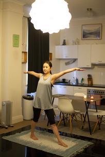家でヨガをしている女性の写真素材 [FYI04601664]