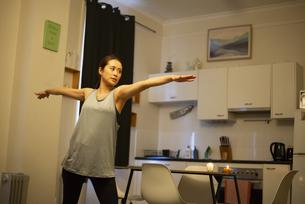 家でヨガをしている女性の写真素材 [FYI04601666]