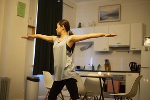 家でヨガをしている女性の写真素材 [FYI04601667]