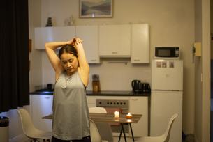 家でストレッチをしている女性の写真素材 [FYI04601669]