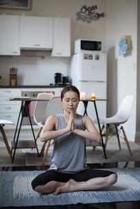 家で瞑想をしている女性の写真素材 [FYI04601678]