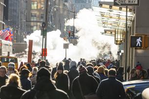 ミッドタウンマンハッタン五番街に漂う蒸気の中を行き交う人々と交通の写真素材 [FYI04601880]
