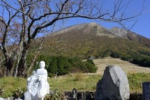 青空の大山と紅葉の舛水高原地蔵碑の写真素材 [FYI04602072]