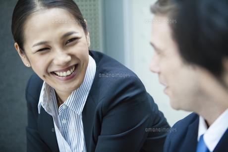 笑顔で会話するキャリアウーマンの写真素材 [FYI04602159]