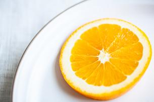 オレンジ お皿 輪切りの写真素材 [FYI04602243]