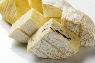 カマンベールチーズとブルーチーズとナチュラルチーズの写真素材 [FYI04602315]