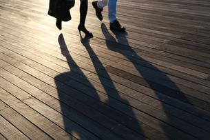 夕日に照らされた人の影の写真素材 [FYI04602560]