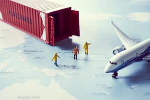 地図の上のミニチュアコンテナと飛行機の写真素材 [FYI04602755]