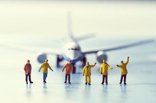ミニチュアの飛行機と働く人々の写真素材 [FYI04602758]