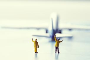 ミニチュアの飛行機と働く人々の写真素材 [FYI04602760]