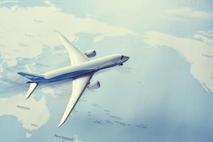 世界地図の上のミニチュア飛行機の写真素材 [FYI04602763]
