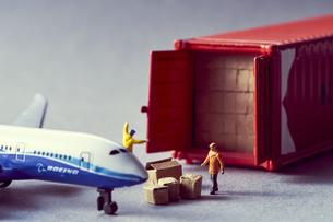 ミニチュア の飛行機とコンテナと働く人々の写真素材 [FYI04602769]