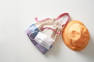 園児の帽子とバッグと子供用マスクの写真素材 [FYI04602788]