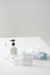 机に並んだ除菌グッズの写真素材 [FYI04602795]