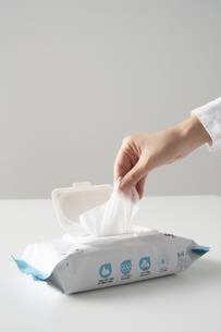 除菌シートを取り出す女性の手の写真素材 [FYI04602797]