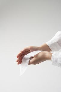 除菌シートで手を拭く女性の手元の写真素材 [FYI04602799]