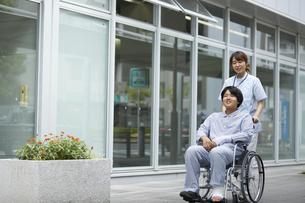散歩する車椅子の患者と看護師の写真素材 [FYI04602815]