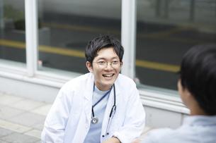 笑顔で話しかける男性医師の写真素材 [FYI04602819]