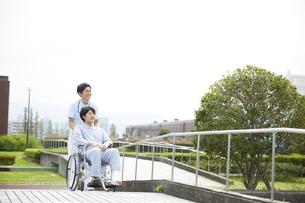 散歩する車椅子の患者と看護師の写真素材 [FYI04602828]