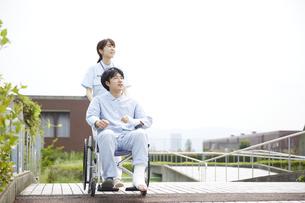 散歩する車椅子の患者と看護師の写真素材 [FYI04602830]
