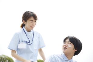 笑顔で話す患者と看護師の写真素材 [FYI04602832]