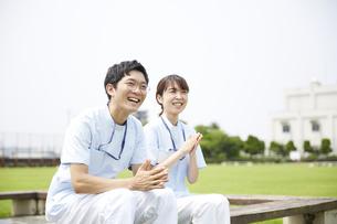 笑顔で話す男女の看護師の写真素材 [FYI04602836]