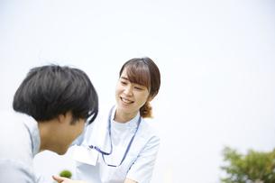 患者に笑いかける女性の看護師の写真素材 [FYI04602839]