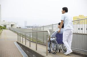 スロープで車椅子を押す看護師の写真素材 [FYI04602856]