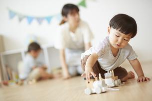 汽車のおもちゃで遊ぶ男の子の写真素材 [FYI04602945]