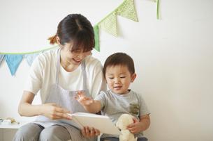 絵本を読む保育士と男の子の写真素材 [FYI04602949]