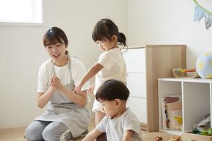 保育園で子供達の世話をする保育士の写真素材 [FYI04602960]