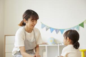 保育園で子供の世話をする保育士の写真素材 [FYI04602968]