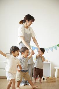 保育園で子供達の世話をする保育士の写真素材 [FYI04602978]