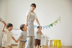 保育園で子供達の世話をする保育士の写真素材 [FYI04602979]