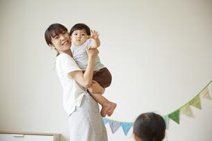 保育士に抱っこされる幼児の写真素材 [FYI04602981]