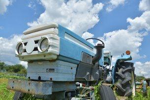 青空とトラクターの写真素材 [FYI04603026]