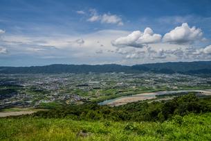 山並みに沿って浮かぶ白い雲と青空の写真素材 [FYI04603036]