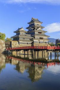 夕暮れの松本城 長野県松本市の写真素材 [FYI04603082]