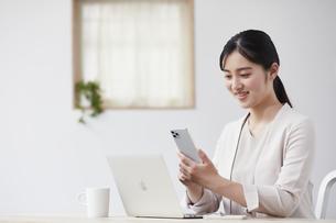 パソコンの前で仕事をする若い女性の写真素材 [FYI04603258]