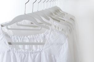 白い服の写真素材 [FYI04603369]
