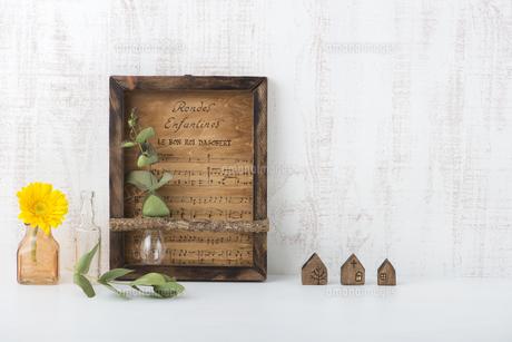 木製の壁飾りの写真素材 [FYI04603417]