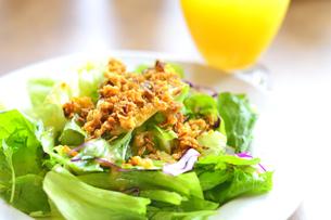 サラダとオレンジジュースの写真素材 [FYI04603440]